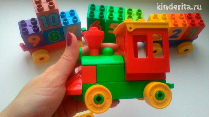 Паровозик из деталей Лего.