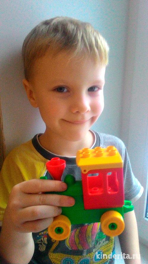 Мальчик с игрушкой.