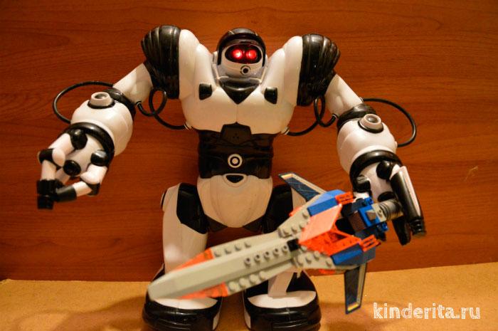 Чёрно-белый робот.