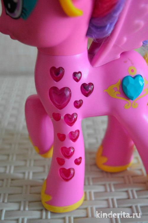 Пони украшена сердечками.