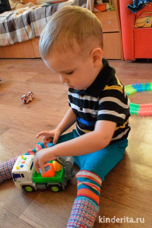 Малыш с машинкой.