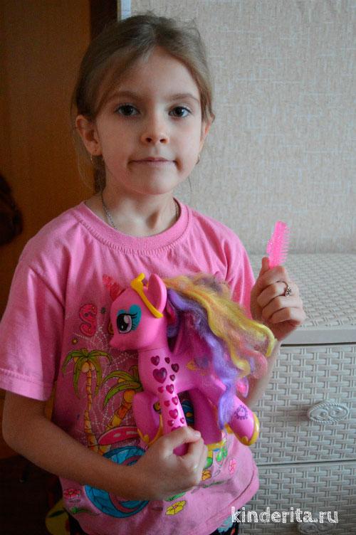 Девочка с пони.