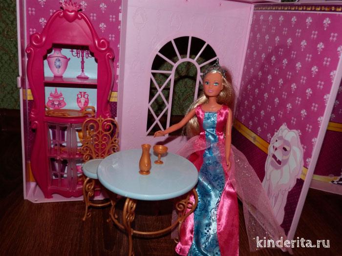 Кукла за столом.