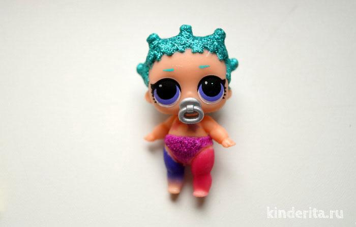 Кукла сестрёнка ЛОЛ меняет цвет в ледяной воде.