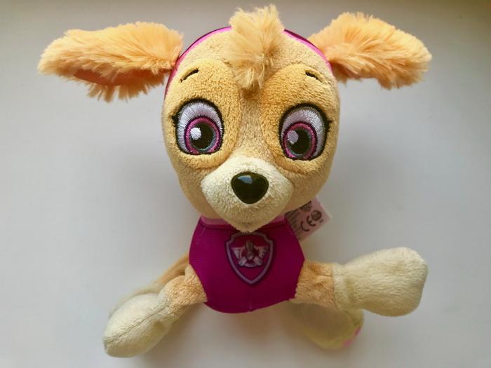 Мягкая игрушка щенка Скай от Spin Master.
