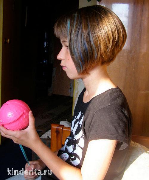 Девочка открывает шар.