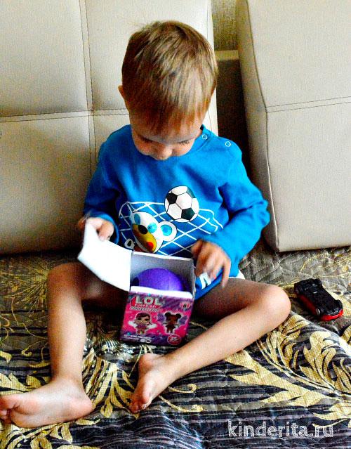 Мальчик с коробкой.