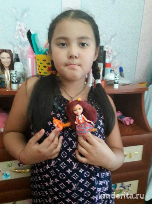 Девоска с куклой.