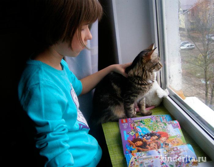 Девочка смотрит картинки.