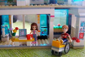 Ася: «Врачи клиники LEGO Friends Хартлейк-Сити спешат на помощь!»
