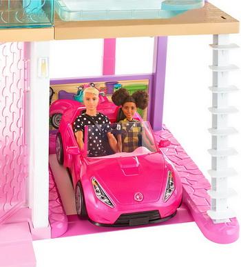 Гараж для машины в домике Barbie Dreamhouse.