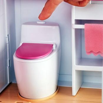 Туалет в кукольном домике умеет спускать.
