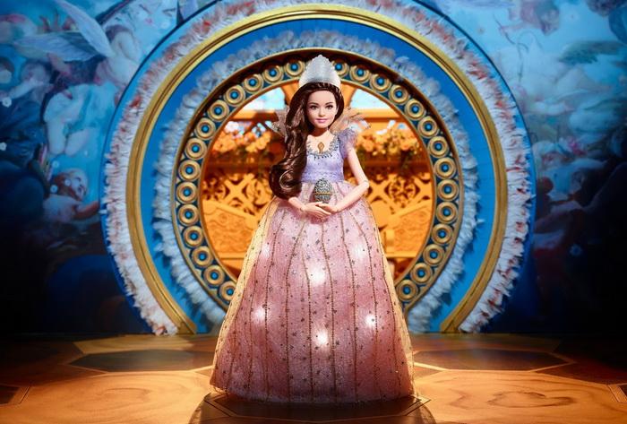 Красивая кукла Клара со шкатулкой в руках.