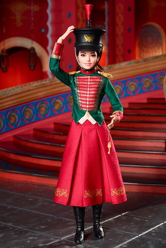 Кукла Клара в парадном военном костюме.