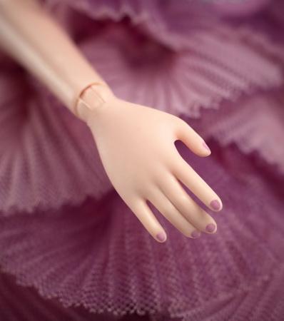 Ногти у Феи покрыты лаком.