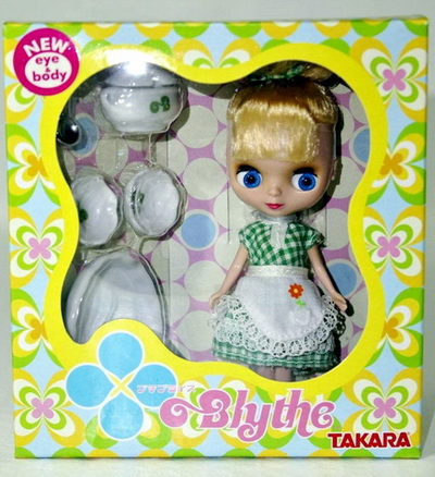 Маленькая куколка с набором посуды.