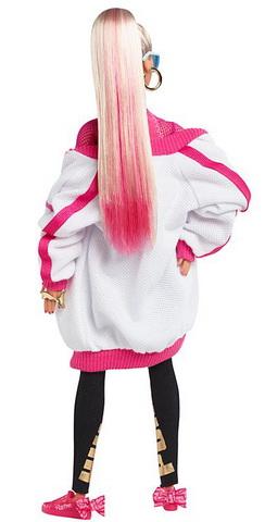 Барби с розовыми волосами.