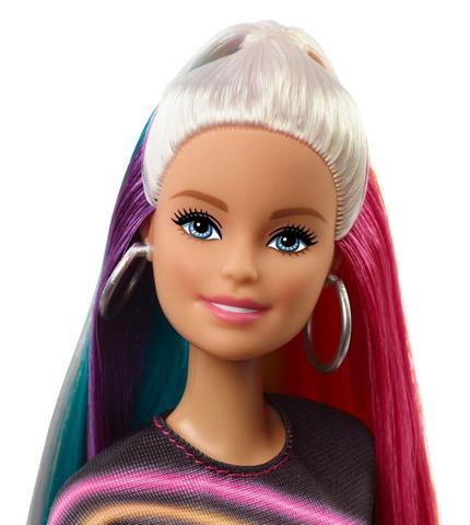 Кукла со светлыми волосами и радужными прядками.