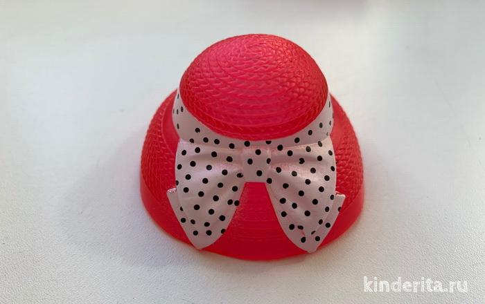 Шляпка — модный аксессуар для старшей сестры.