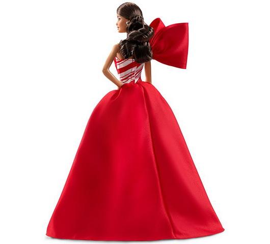 Шлейф у платья коллекционной куклы Барби.