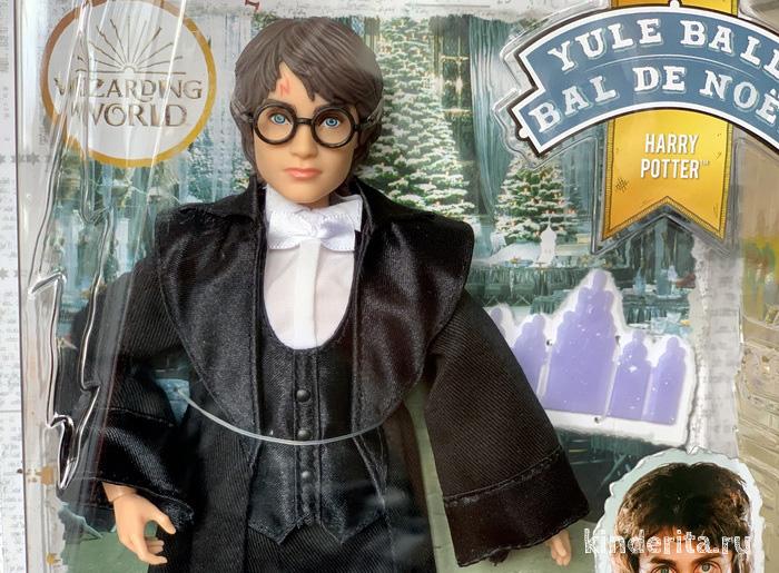 Игрушка Гарри Поттер в праздничном костюме.