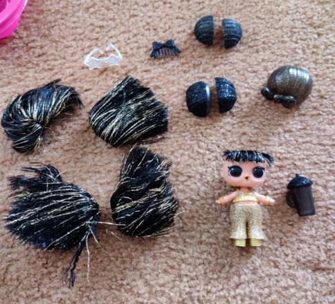 Редкая блестящая кукла ЛОЛ с чёрными волосами.