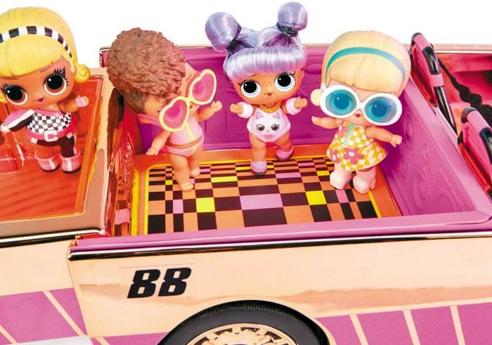 Дискотека куколок ЛОЛ прямо в автомобиле с открытым верхом.